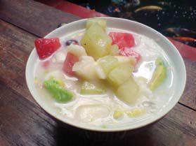sup buah terdiri dari berbagai macam buah segar yang disajikan dingin ...