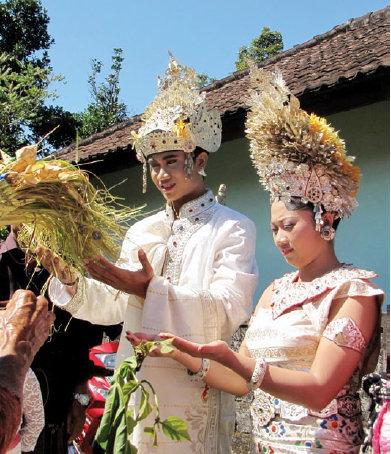 Image result for pernikahan adat Bali