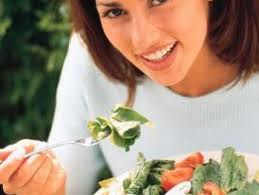 ilustrasi makan salad