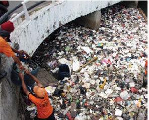 Penumpukan Sampah di Sungai