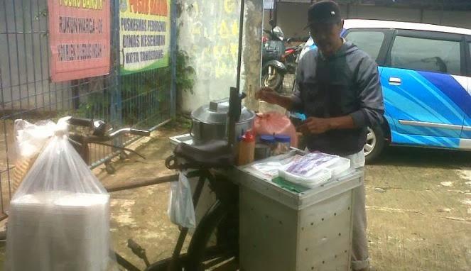 Soleh- tukang bubur dermawan (dok.foto : Vivanews.com)