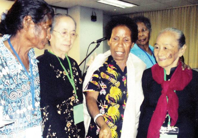 Mama-Yosepha-menerima-penghargaaan-HAM-di-Jakarta