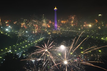Warga menyalakan kembang api untuk merayakan malam pergantian tahun baru 2014 di kawasan Monumen Nasional (Monas), Jakarta, Rabu (1/1)