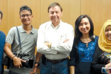 Produser George Santulli tengah bersama Professor Juliana Wijaya kru SBO TV dan tim Kabari