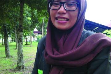 Gita Adinda Nasution dengan seragam almameternya