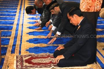 Presiden Jokowi khusuk bersembahyang