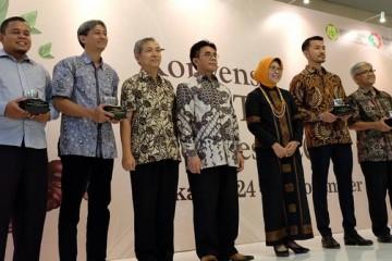 Rio Dewanto Saat Menerima Penghargaan Penggiat Pangan Lokal  (2)
