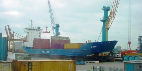 Ship_unloading_in_Goole_Harbour_mid