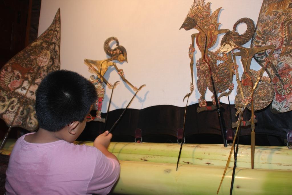 D:Arip BudimanBank PhotoPhoto Untuk Desember 2008Danan, Dalang Cilik sedang latihan memainkan wayang (1)