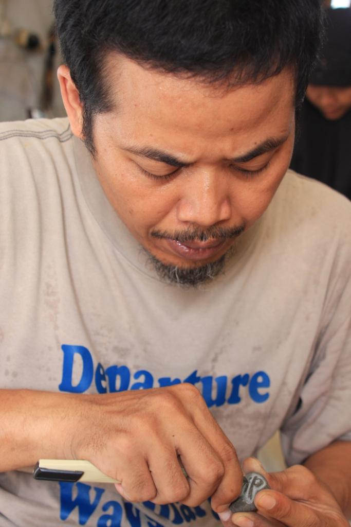 D:Arip BudimanBank PhotoFoto Untuk Januari 2009Dino, sedang membuat batu kerik