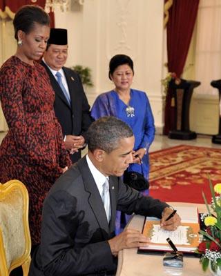 Barack Obama saat mengisi buku tamu di Istana Negara