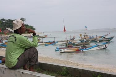 Nelayan Menunggu Waktu Melaut