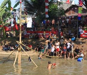 lomba panjat pinang di festival rakyat kalimalang