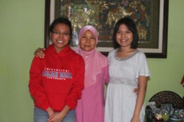 Amelia (Jaket Merah sebelah kiri) bersama Ibu dan Kakaknya (Ayu Pratiwi)