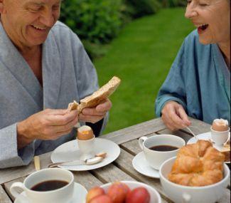 kakek-nenek-makan-roti