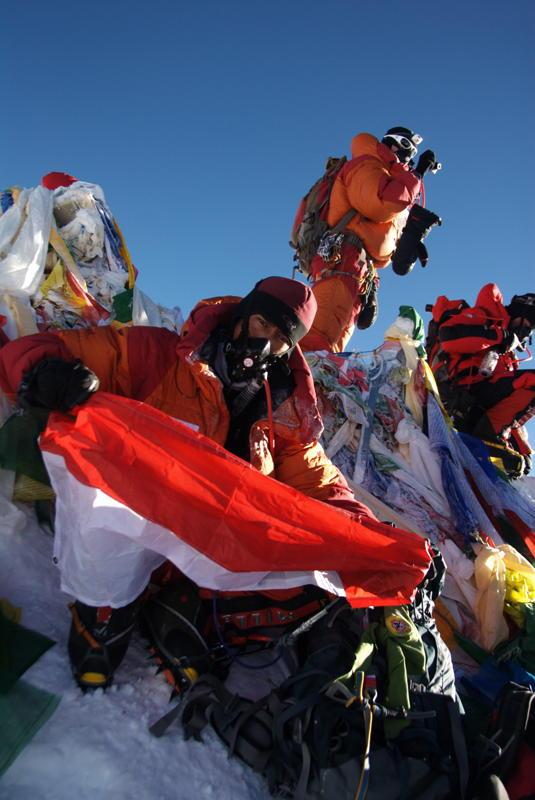Puncak Everest, Janatan adalah orang kedua dari Tim ISSEMU yang mencapai Everest