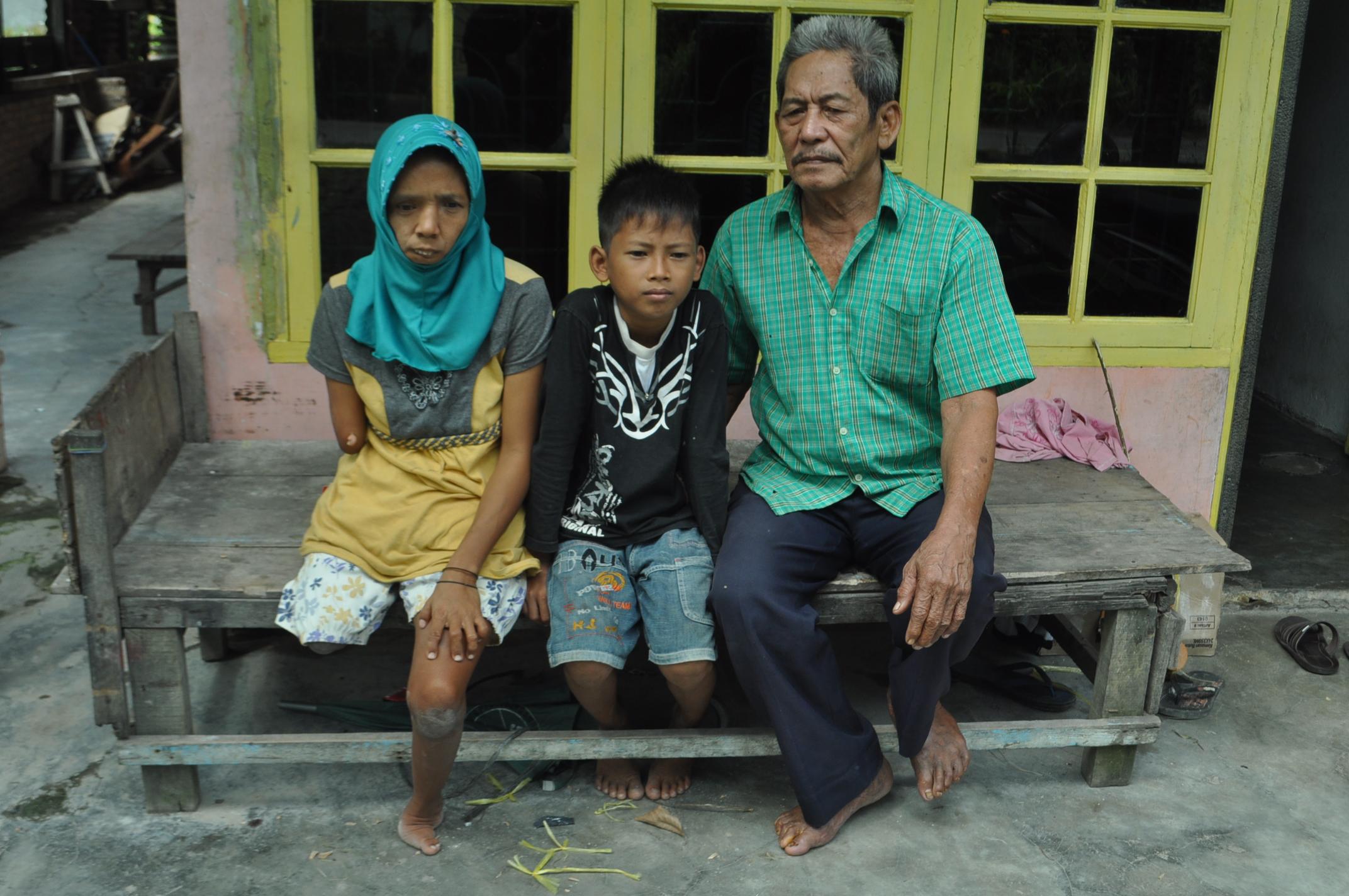 Marsita dengan keluarganya, bapak dan anaknya.