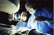 dokter ahli saraf melakukan operasi
