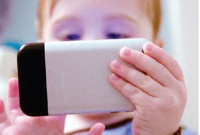Anak Memegang Handphone