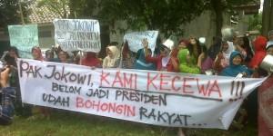 aksi Ibu-ibu tolak pencapresan (dok/foto: merdeka.com) jokowi
