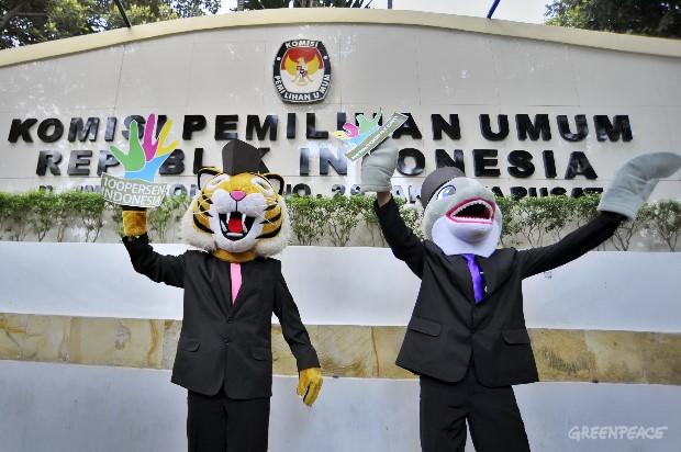 Aktivis Greenpeace mengantarkan Raung dan Umba ke Kantor Komisi Pemilihan Umum  untuk mendaftar menjadi Calon Presiden dan Calon Wakil Presiden, di Kantor KPU, Jakarta, Jumat (27/4).