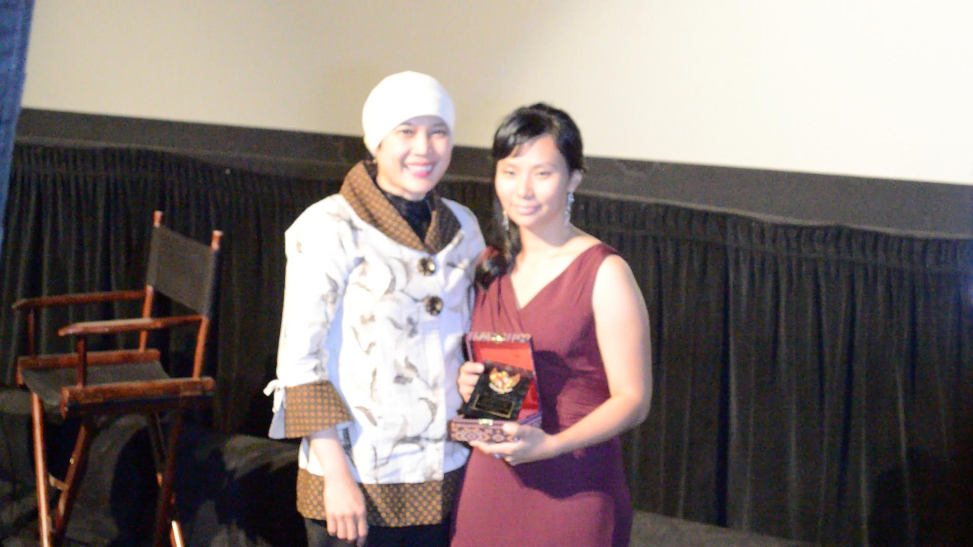 Livi Menerima Penghargaan dan KJRI