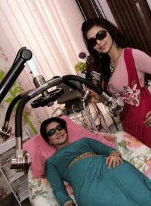 Dokter Deby dengan penyanyi dangdut Cici Paramita