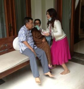 Dr. Deby bersama Wakil Presiden Jusuf Kalla, didampingi istri, Ibu Mufidah Miad Saad