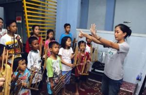 Anak didik Yayasan Pemimpin Anak Bangsa sedang bermain angklung