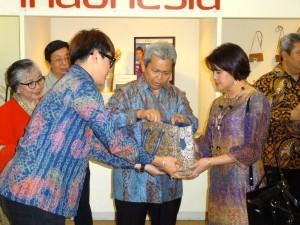 Dubes Sonny bersama istri mencermati produk Treasure Indonesia