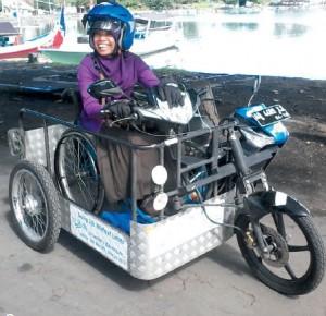 Sri Lestari dan motor modifikasi kesayangannya