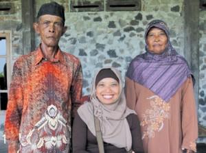 Sri Lestari dengan ayah-ibu pendukung utamanya