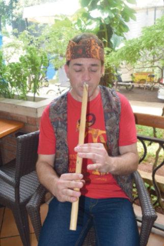 Dan Nicky sedang memainkan alat musik seruling