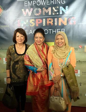 Ibu Nila Umar Hadi bersama Ibu Lina Ismail dari AWCLA (ki) dan istri Konjen Malaysia, Ibu Zalina Md Daud (ka)