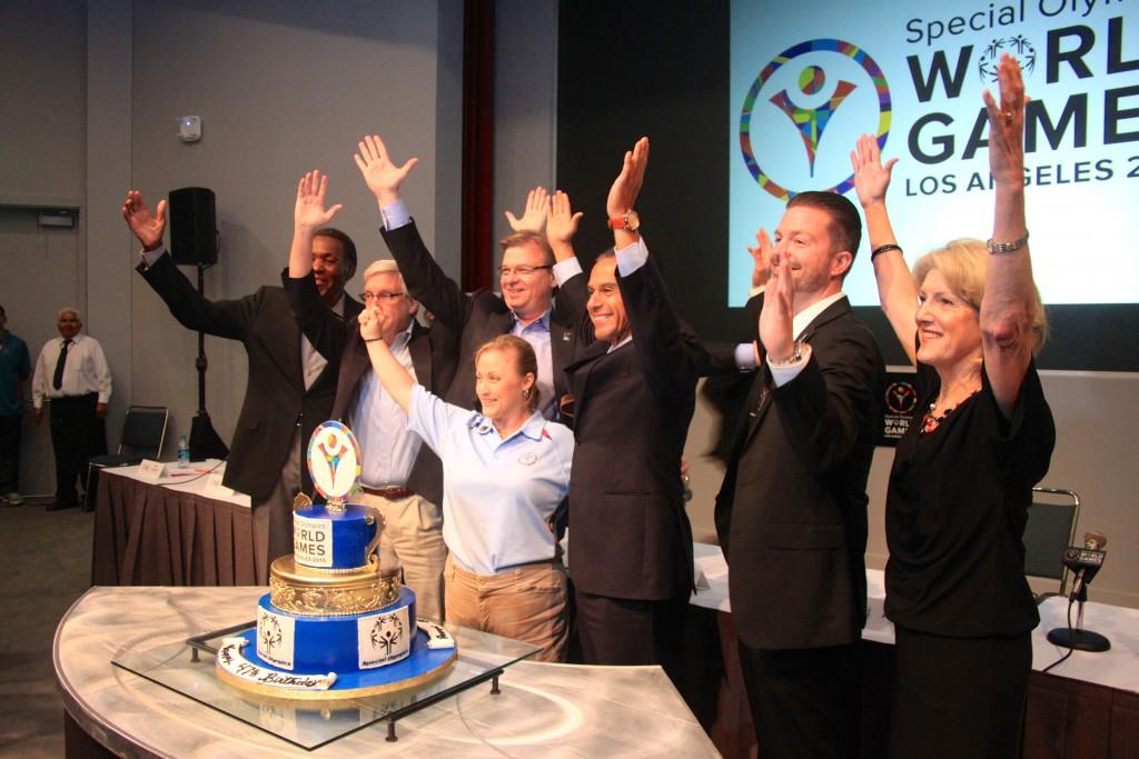 Para Panelis berpose di depan kue ulang tahun ke-47 World Games
