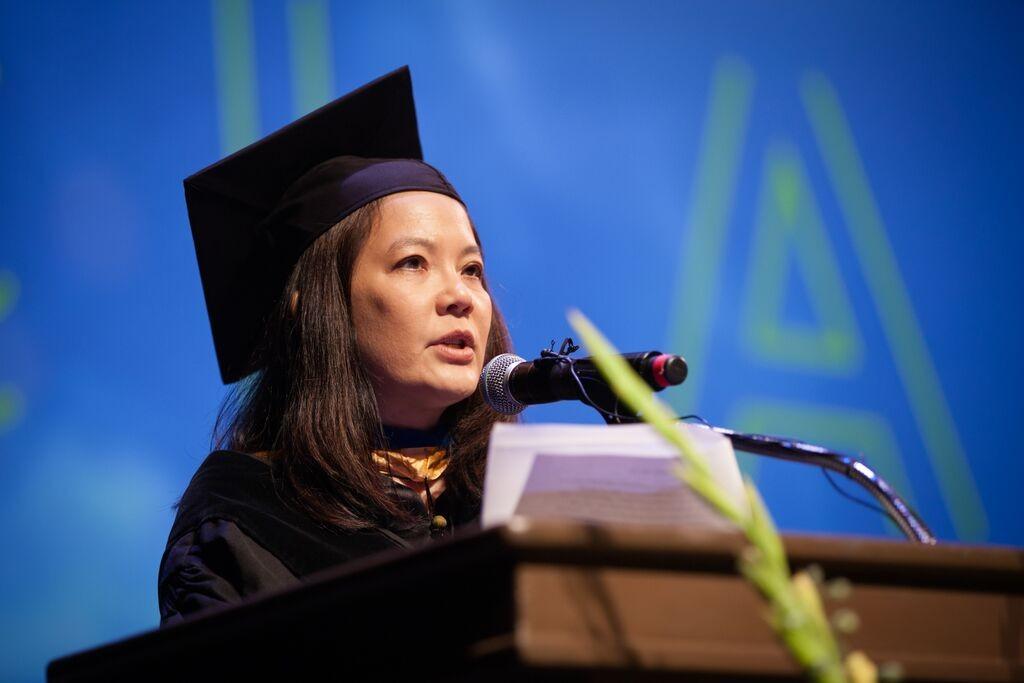 Julia memberi sambutan di UCLA Commencement Juni 2015