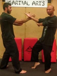 Daniel Prasetya melatih silat